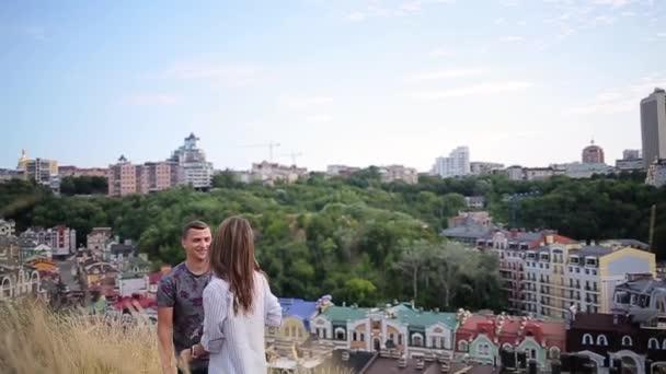 coppie che camminano che tiene le mani sullo sfondo città