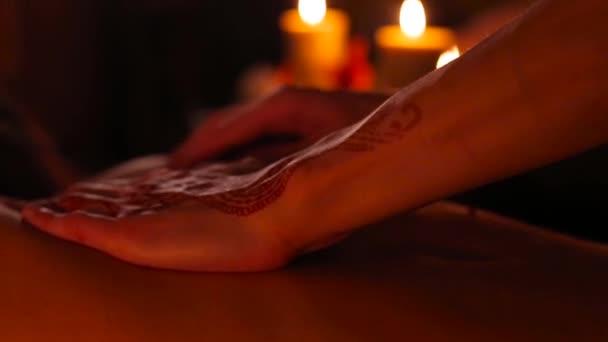 Masážní terapeut s vzorem na ruku