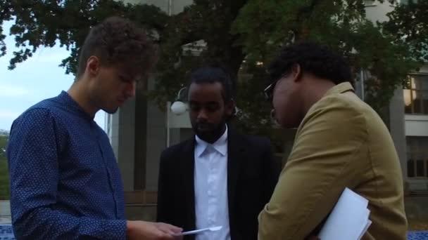 Jungs diskutieren Papiere auf der Straße
