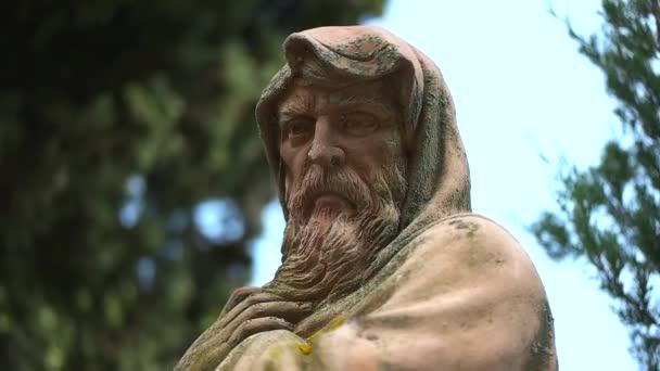 stará socha v zahradě zblízka