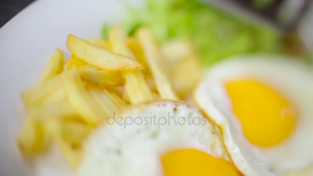 snídaně s míchanými vajíčky a klobásy