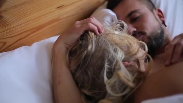 Мужчина с девушкой в кровати, очень глубоко в попу вошел самотык
