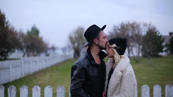 Девушка целует подругу видео фото 692-972