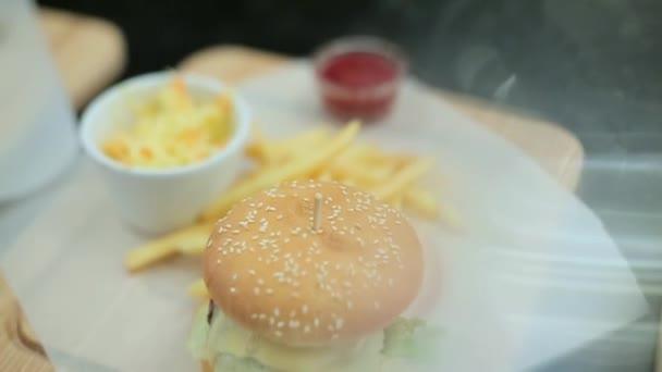 hamburgery a hranolky zblízka