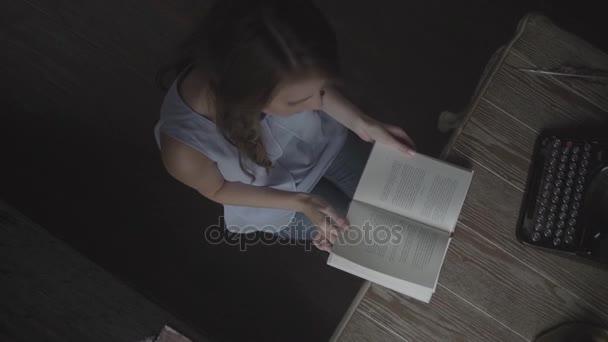 olvasó egy könyv top lány Nézd