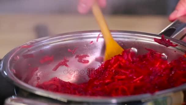 Kuchař připravuje řepy v pánvi