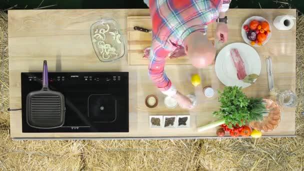 Sommerküche Was Koche Ich Heute : Man kocht fleisch in der sommerküche u stockvideo