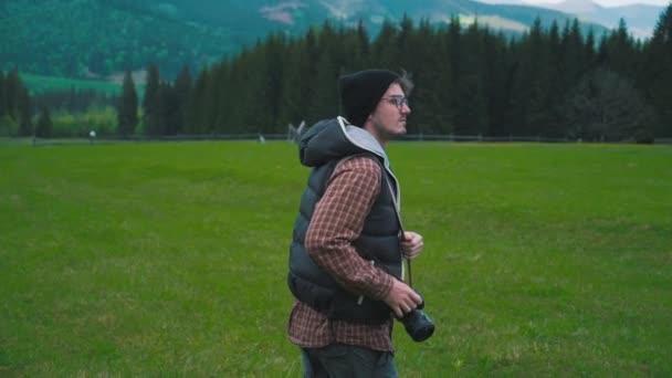Fotós fog egy fénykép a hegyekben