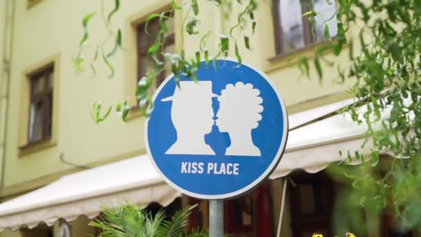 The street sign kiss place