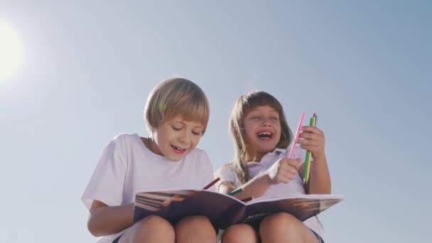 Šťastné děti bavit a kreslení