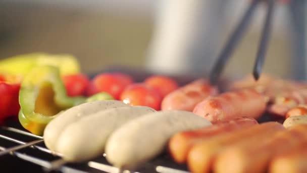 Uzenky, salámy a zelenina na grilu