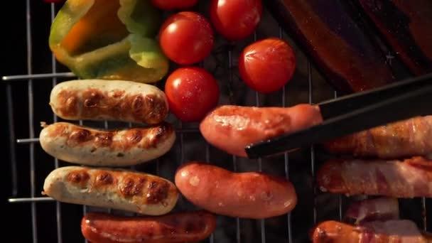 Uzenky, salámy a zelenina na grilu zblízka
