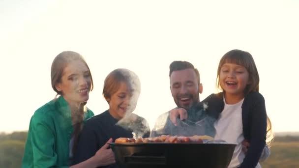 Šťastná rodina kuchař maso na grilu