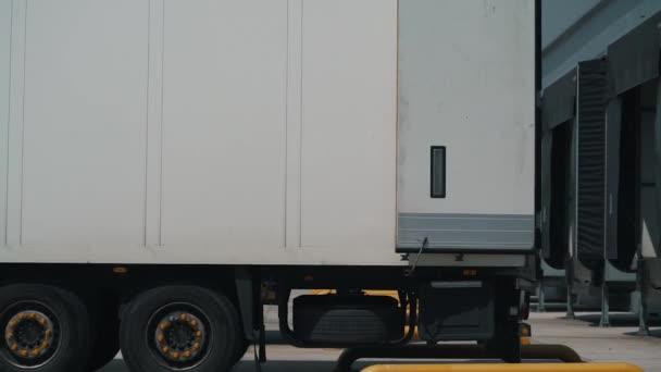 nákladní automobily s logistickým centrem