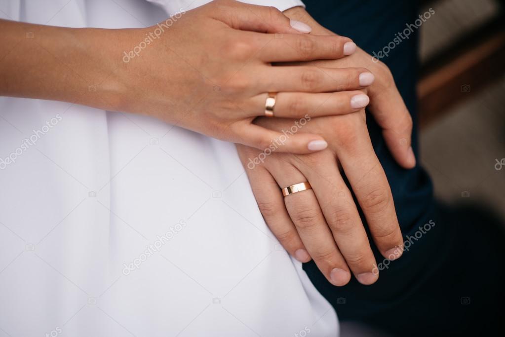 f55400efd230 Recién casados parejas las manos con anillos de boda — Foto de Stock