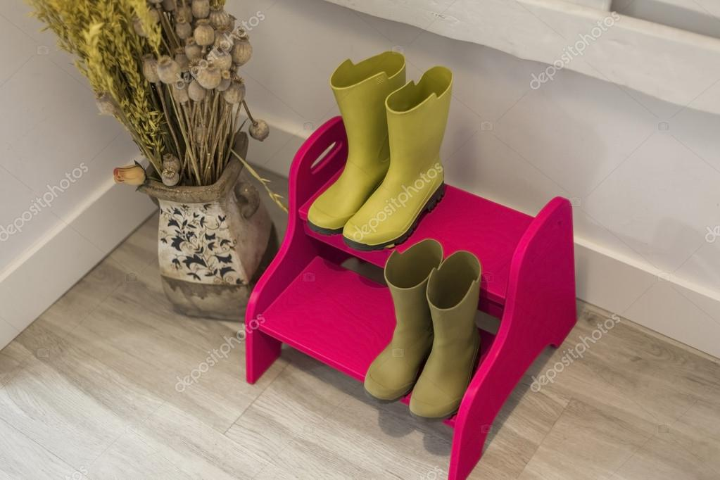https://st3.depositphotos.com/6810044/12714/i/950/depositphotos_127148372-stock-photo-high-angle-green-boots-on.jpg
