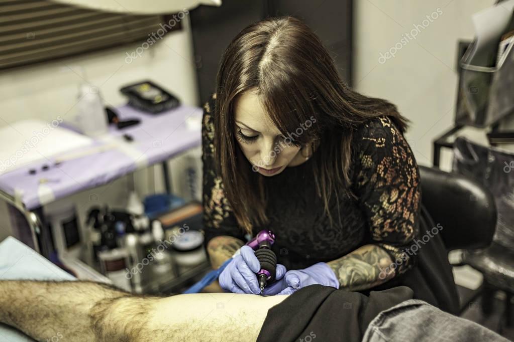 Portret Kobiety Tatuaż Artysty Pracy Tatuaż Wysoki Kąt