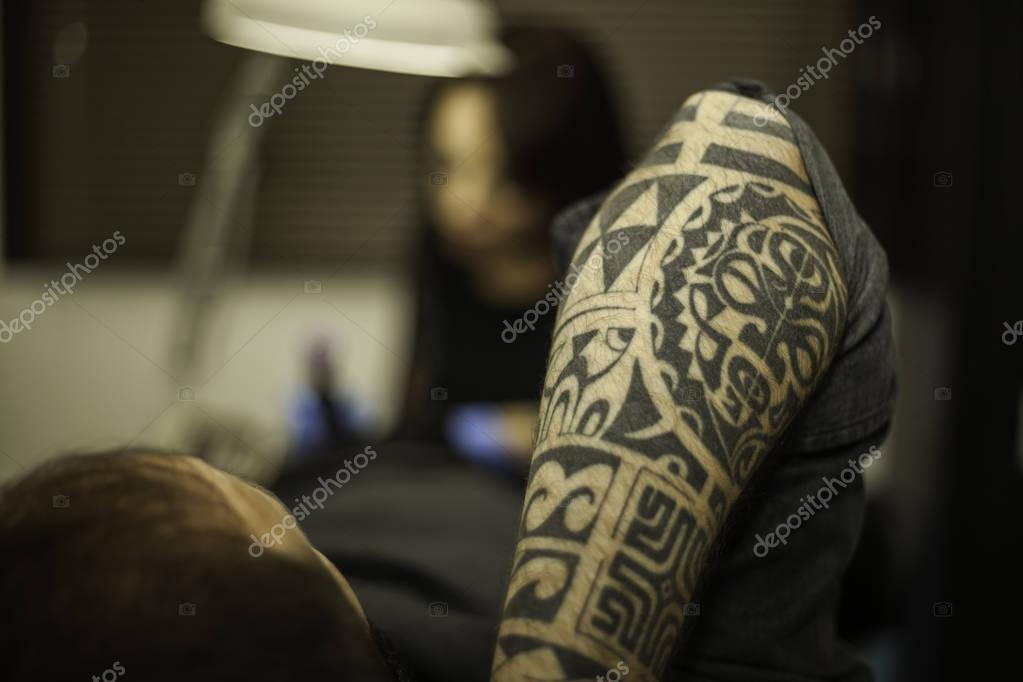 Tatuaje Tribal Del Brazo De Un Cliente En Estudio De Tatuajes De