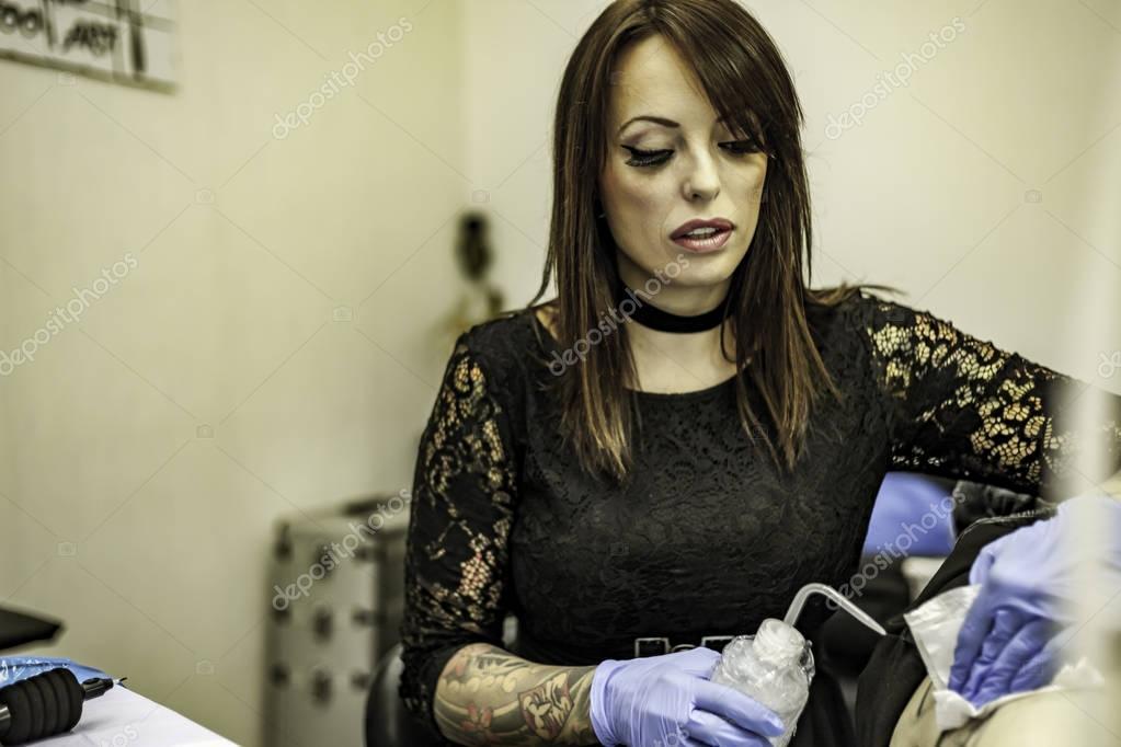 Portret Kobiety Tatuaż Artysty Pracy Tatuaż Zdjęcie