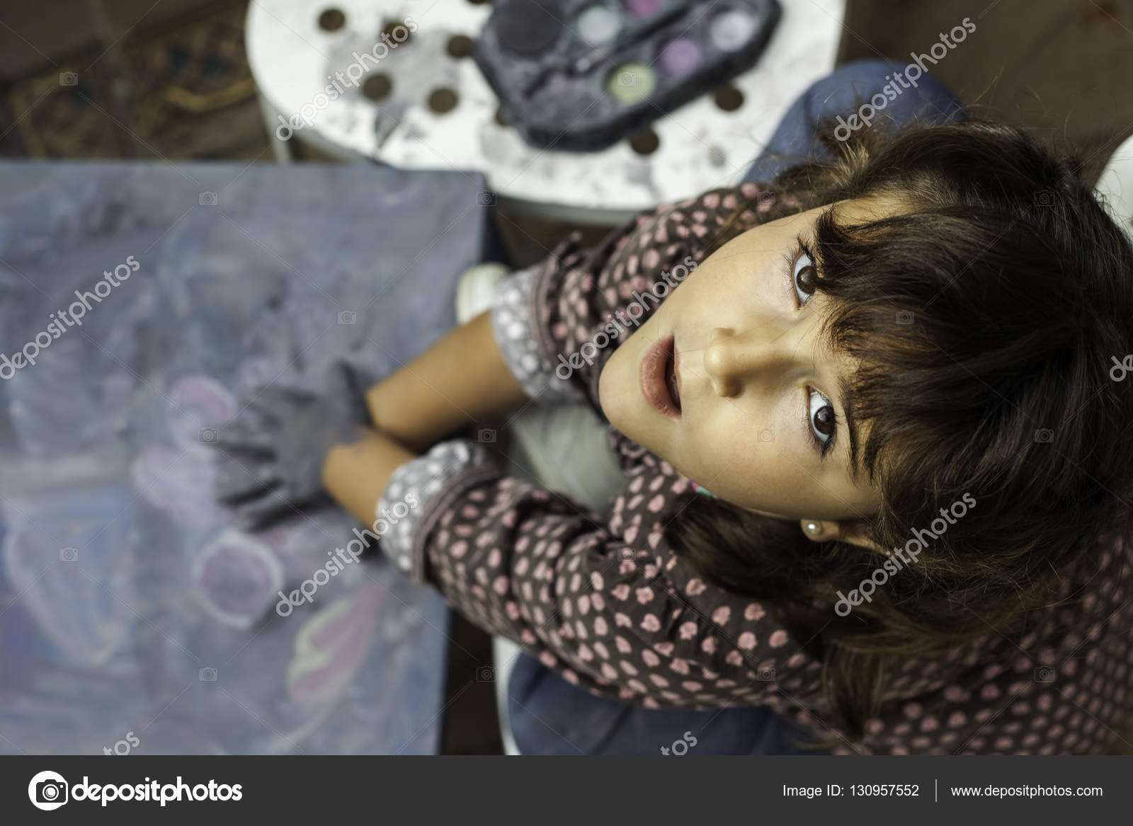 Hohen Winkel ausdrücken Mädchen malen mit Händen nachschlagen ...