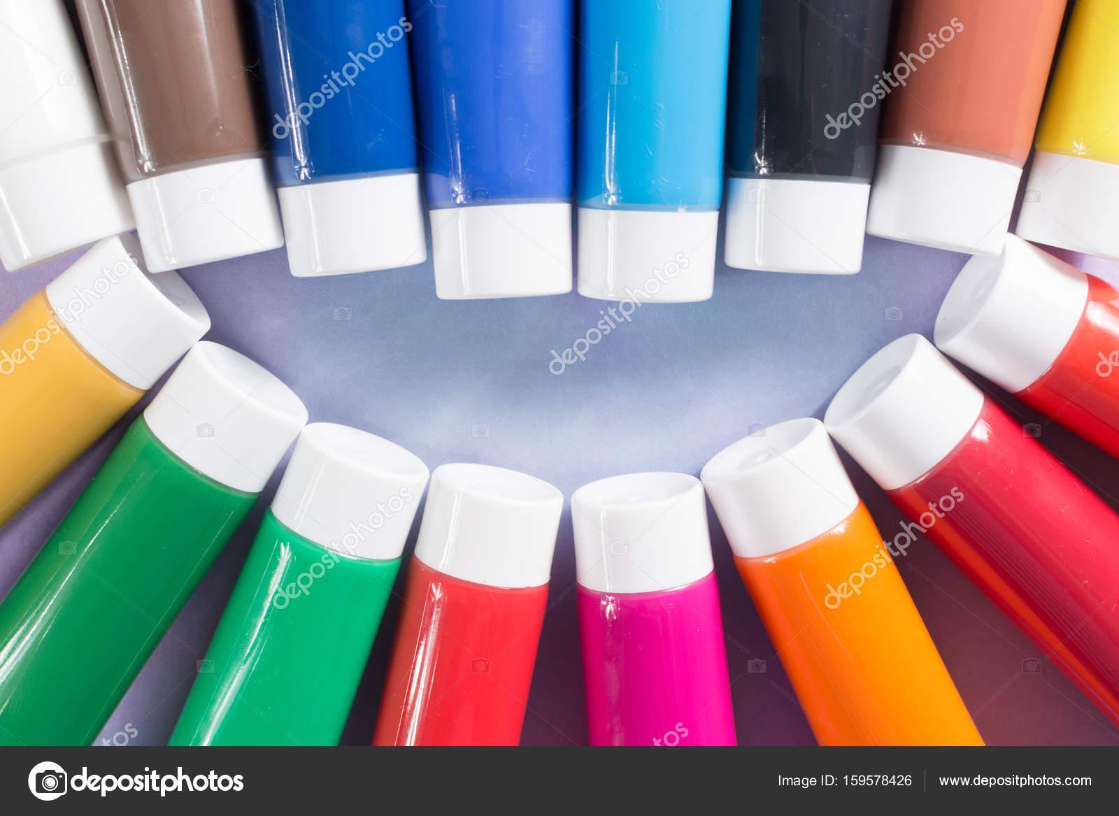 Regenbogen Farben Lächeln Malt Bunte Acryl Rohre Satz Stockfoto