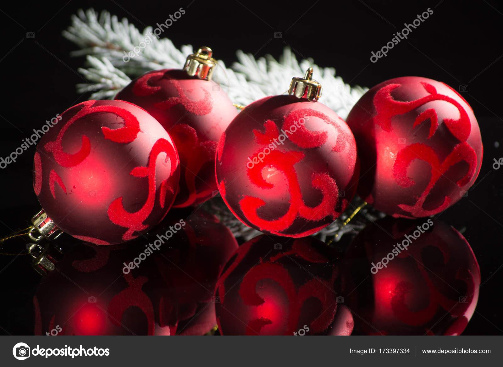 Rote Christbaumkugeln.Rote Christbaumkugeln Roten Kugeln Und Grune Tanne Auf