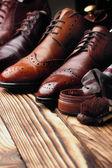 Kožené boty střevíce sadou údržby obuvi. Selektivní fokus