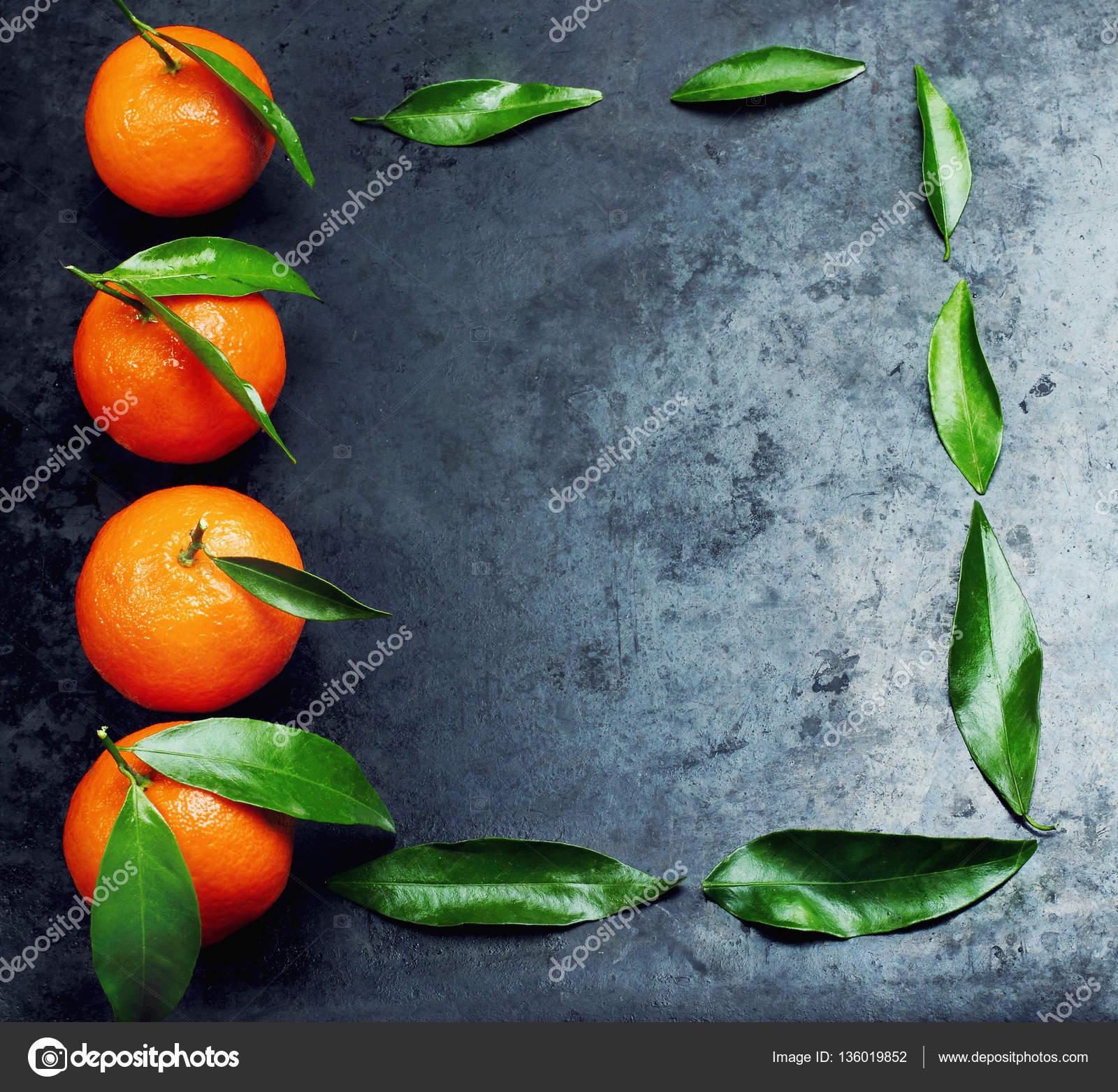 Mandarinas frescas con hojas en negro metal fondo ordenada a marco ...