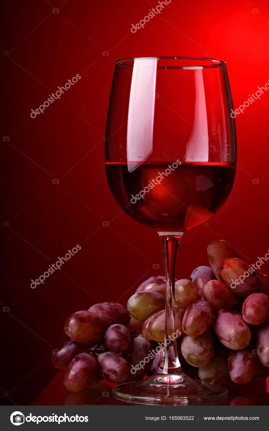Bicchiere Di Vino Rosso Ed Uva Su Sfondo Rosso Vino Rosso Foto