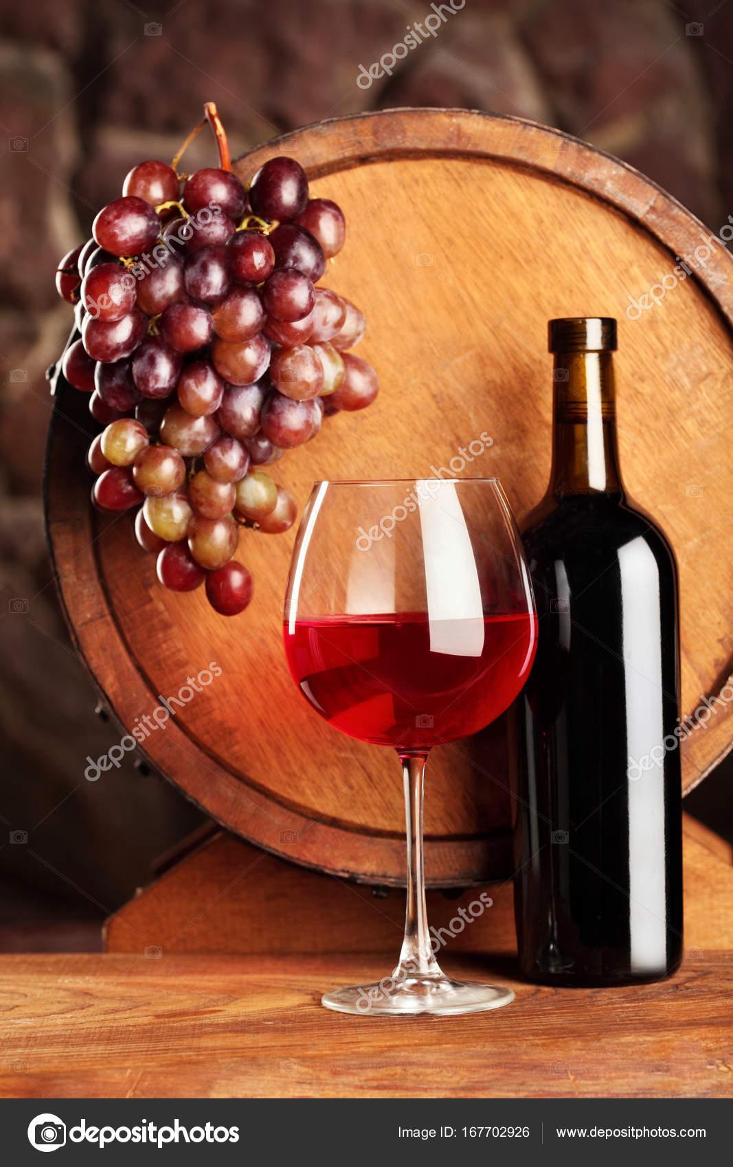 Vino tinto. Bodegón con cristal y botella de vino tinto, uvas y ...