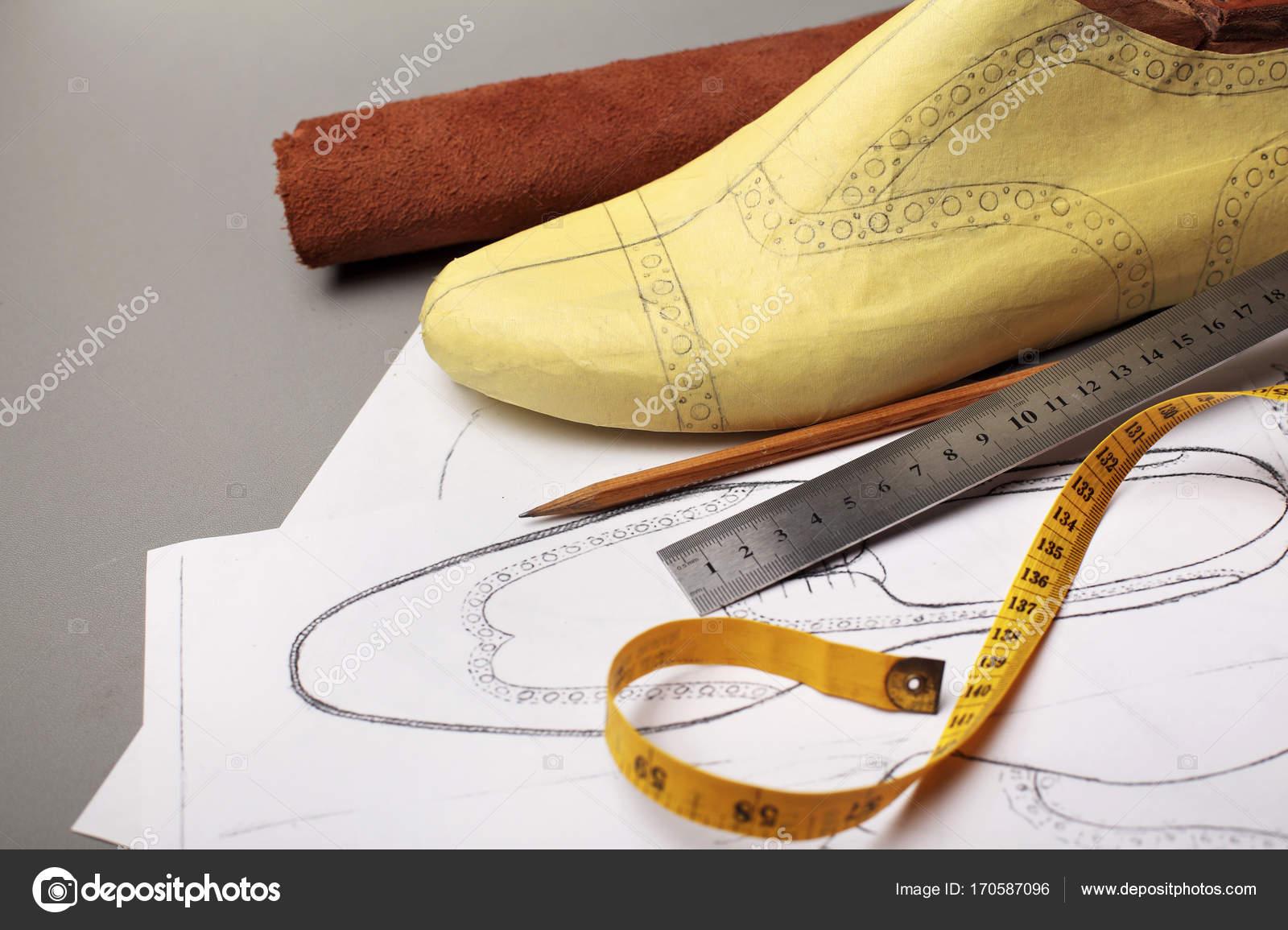 d91186ee Modelado diseño de un calzado. Trabajo de diseñador de zapatos enfoque  selectivo. Copia espacio