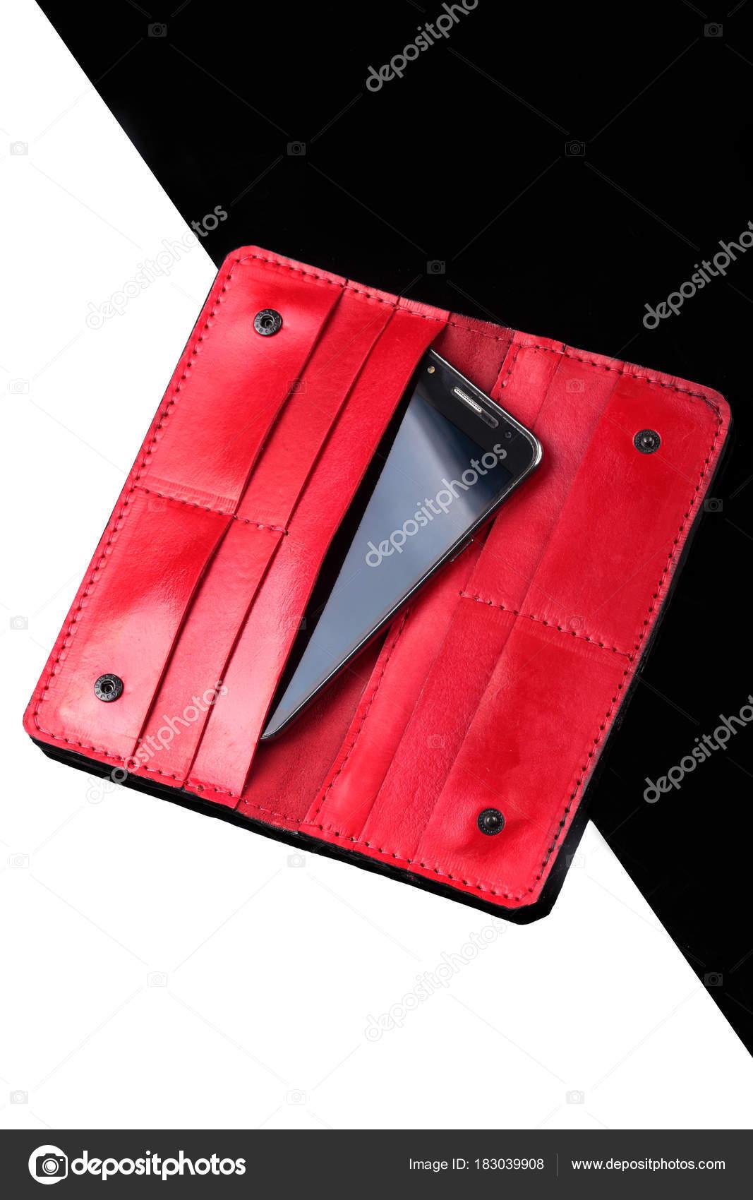 ac8e6064fe69 Открыт длинный кошелек черный крокодиловой кожи и покраснение кожи с  smarthphone внутри. Роскошные бумажник. Черный и белый фон– Стоковое  изображение