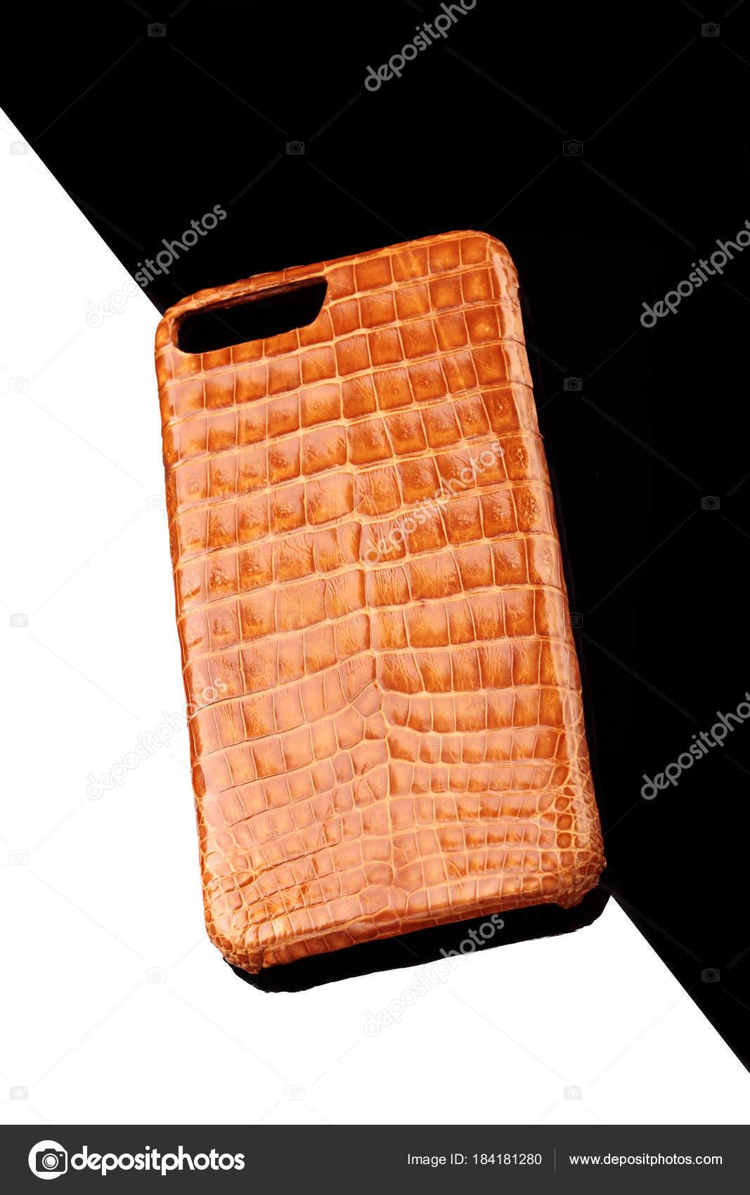 a93b9ad77 Caso de couro de crocodilo dourado exclusivo para smartphone. Caso de luxo.  Em fundo preto e branco — Foto de simplesseller.gmail.com| ...