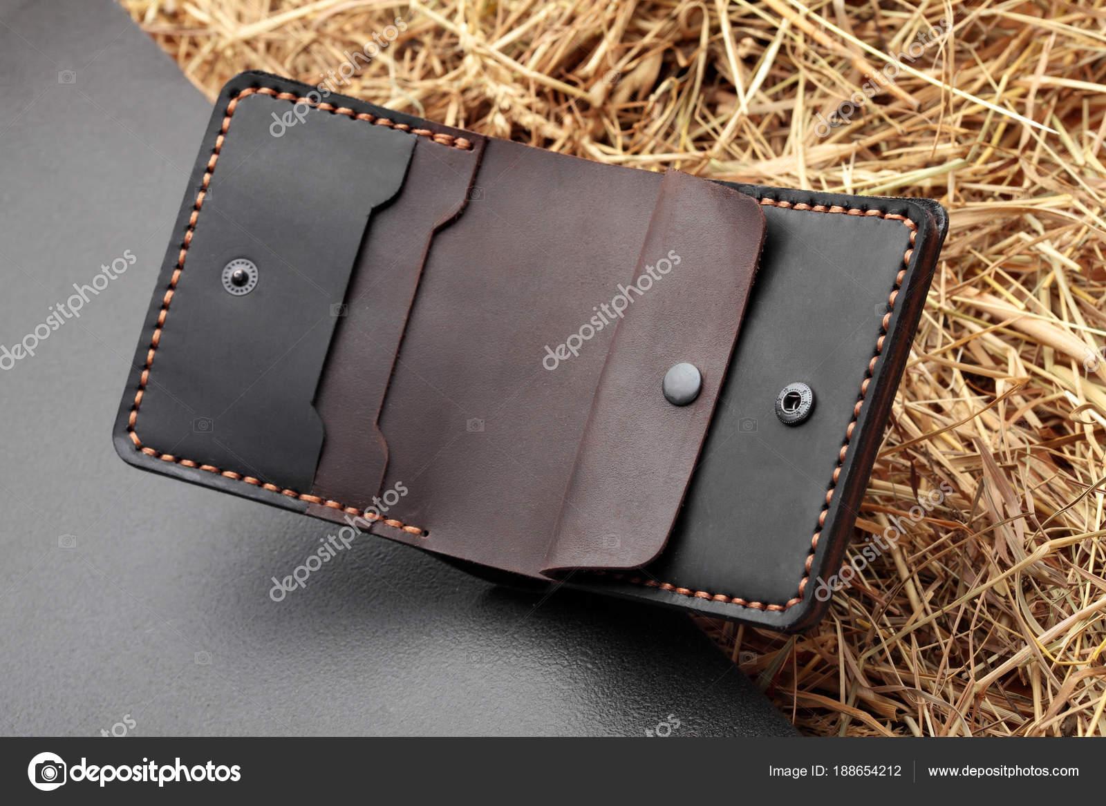 e8a1b52e7f Χειροποίητο πορτοφόλι σκούρο καφέ δέρμα άνθρωπος. Multi χρώματος. Τέχνη  δέρμα. Σε σκούρο φόντο
