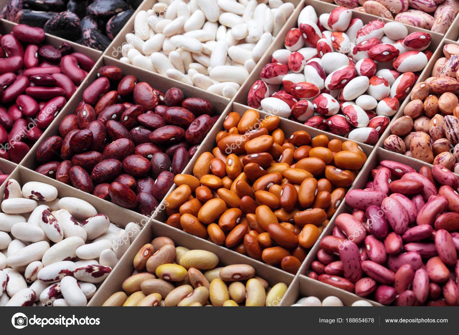 Diversi tipi di fagioli legumi in scatola di legno - Diversi tipi di trecce ...