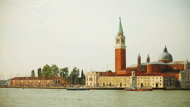 Výlet lodí po Benátkách. Procházet kanály Benátkách. Chodit s gondoliér v Benátkách.