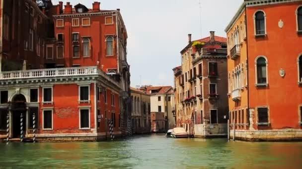 Výlet lodí po Benátkách. Projít po kanálech v Benátkách.