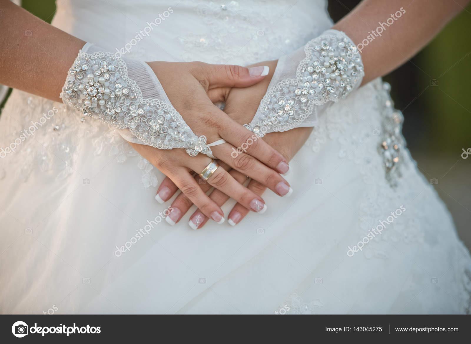 official photos efae7 6c486 Sposa stringe le mani. Sposa di attributo. Guanti sposa ...