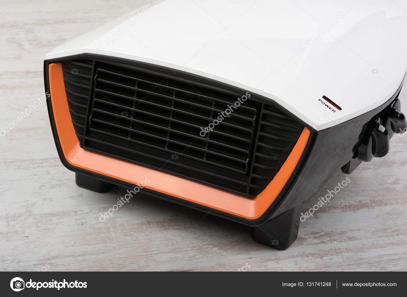 Close Up Van Elektrische Kachel Op Witte Laminaatvloer Stockfoto