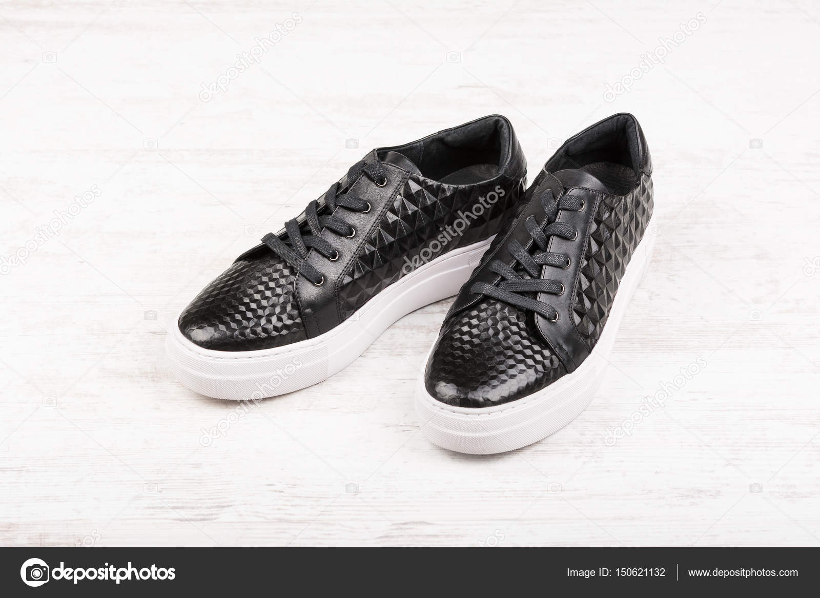 1a068a717be Ζευγάρι μαύρα γυναικείο δερμάτινα αθλητικά παπούτσια σε άσπρο φόντο ...