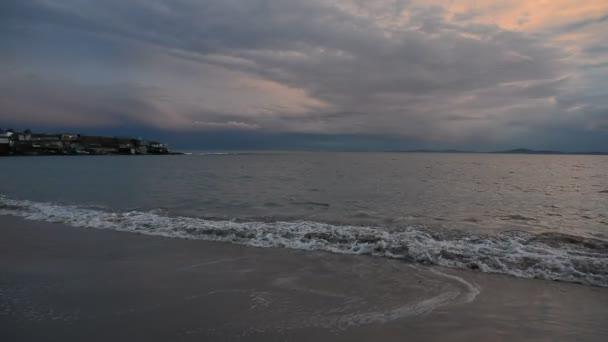Barevný západ slunce v rybářské vesnici nedaleko Ravda, Bulharsko. Západ slunce moře na pobřeží Černého moře