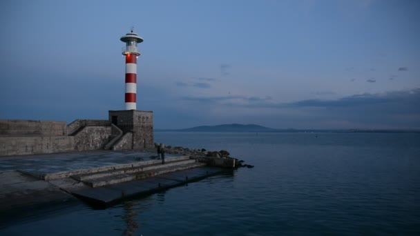 Maják na západ slunce v přístavu Burgas, Černého moře, Bulharsko. Modrá hodina západ slunce.