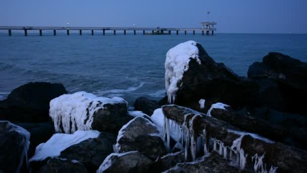 Zimní Černé moře krajina, záliv Burgas, Bulharsko. Modrá hodina západ slunce