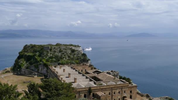 die alte venezianische festung in kerkyra stadt, insel korfu, griechenland. schöne Meereslandschaft von der Festung aus.