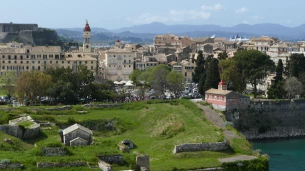 Alten Corfu Stadt Stadtbild, Griechenland. Blick auf Korfu-Stadt von der alten Festung. Bell Tower des Heiligen Spyridon Kirche.