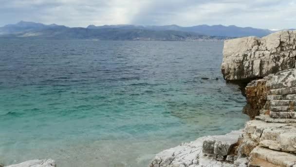 Blaue Lagune Strandküste, Kassiopi Village, Korfu, Griechenland. Felsige Küste des Ionischen Meeres mit klaren türkisfarbenes Wasser.