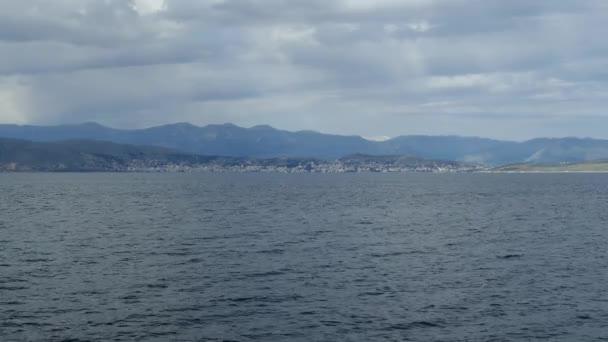 Krásné moře krajina s jasné tyrkysové vody Jónského moře. Modrá Laguna beach pobřeží, Kassiopi, ostrov Korfu, Řecko. Přírodní pozadí s tmavě černo.