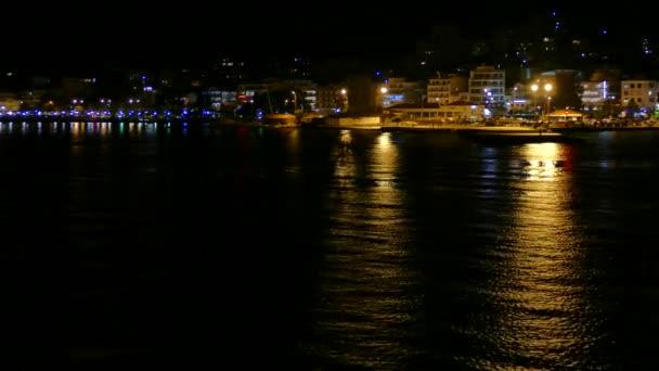Igoumenitsa Hafen bei Nacht, Griechenland. Blick von einer Fähre nach Korfu Reisen.