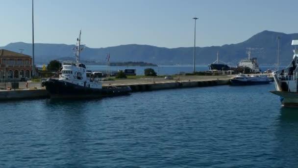 Korfu, Griechenland - 8. April 2018: Fähre Alkinoos in Corfu Hafen am Meer, Griechenland. Corfu, Athen Reisen.