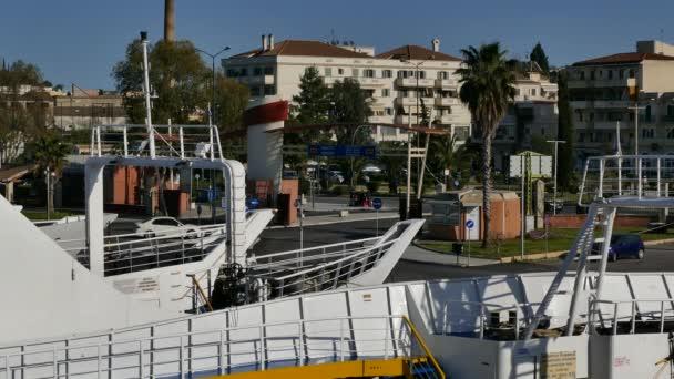 Korfu, Griechenland - 8. April 2018: Fähren im Hafen von Corfu, Korfu, Griechenland. Corfu, Igoumenitsa Reisen.